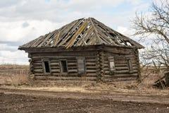Beständiges Holzhaus im verlassenen Hinterland Lizenzfreie Stockbilder