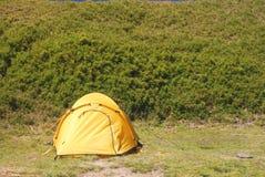 Beständiges Zelt des wohlen Winds auf dem flachen Campingplatz. Stockfotografie