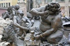 Beståndsdel av den Ehekarussell (förbindelsekarusellen) Brunnen springbrunnen i Nuremberg Arkivfoton