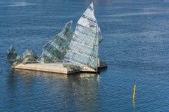 Beståndsdel av modern glass arkitektur som byggs på vattnet av fjorden royaltyfri foto