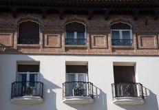 Beståndsdelar av arkitektur Dekor av byggnader i mitten av Madrid, Spanien Bakgrund Arkivfoto
