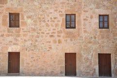 Beståndsdelar av bakgrunden Dörrar fönster, väggar Royaltyfri Foto