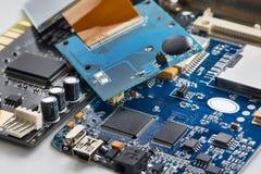 Beståndsdelar av det elektroniska brädet med processorer Arkivfoton