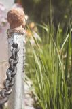 Beståndsdelar av ett metallstaket med kedjor closeup selektiv fokus arkivfoton