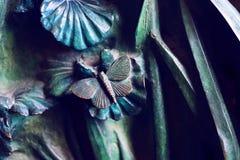 Beståndsdelar av kryp, blommor, fåglar av däggdjur på den gamla ingångsporten till templet av den heliga familjen Arkivfoton