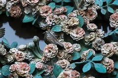 Beståndsdelar av kryp, blommor, fåglar av däggdjur på den gamla ingångsporten till templet av den heliga familjen Royaltyfria Foton
