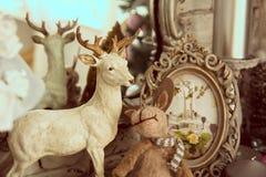Beståndsdelhylla med en spegel och en stående hjort Royaltyfri Fotografi