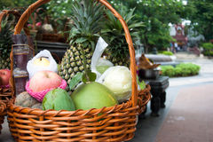 Består mogna frukter av ananas, äpplet, banan royaltyfri fotografi