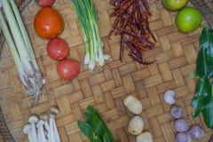 Bestandteil-thailändisches Lebensmittel auf Webart-Hintergrund 2 Stockfoto