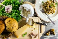 Bestandteile des italienischen Risotto mit Pilzen stockbilder