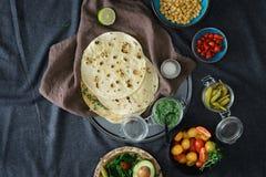 Bestandteile, die vegetarisches Pittabrot, Draufsicht kochen Gesundes vegetaria Lizenzfreies Stockbild