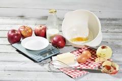 Bestandteile für Apfelkuchen, Äpfel, Butter, Eier, Mehl, Milch und Zucker Lizenzfreies Stockbild