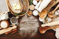 Bestandteile für Backen Mehl, Eier, Zucker lizenzfreie stockfotos