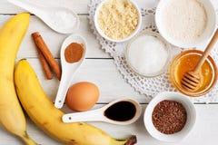 Bestandteile für Bananenkuchenmuffins stockfotos