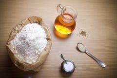 Bestandteile für Brot mit Safran: Mehl, Safranwasser, Hefe lizenzfreie stockfotografie