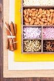 Bestandteile für das Backen in einer Holzkiste Lizenzfreies Stockbild