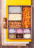 Bestandteile für das Backen in einer Holzkiste Lizenzfreie Stockbilder