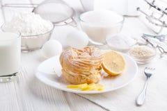 Bestandteile für das Backen von köstlichen Kuchen auf einem weißen Holztisch Stockfoto