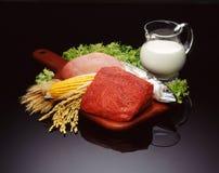 Bestandteile für das Kochen auf dunklem Hintergrund stockfotos