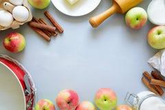 Bestandteile für das Kochen des Apfelkuchens Neue Ernteäpfel, -zimt, -mehl, -zucker, -butter, -eier, -milch und -backen formt lizenzfreies stockfoto