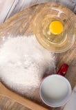 Bestandteile für das Kochen des Backens - Mehl, Ei, Plätzchenschneider auf w Stockfotografie