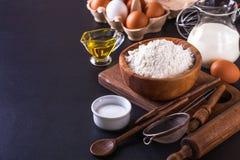 Bestandteile für das Kochen des Brotes auf einem dunklen Hintergrund, horizontal Stockfoto