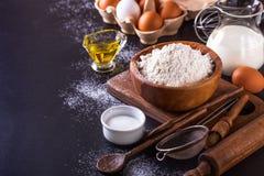 Bestandteile für das Kochen des Brotes auf einem dunklen Hintergrund, horizontal Lizenzfreie Stockbilder