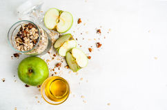 Bestandteile für das Kochen des Herbstapfelkrümels stockfotos