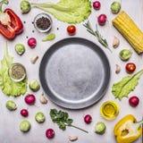 Bestandteile für das Kochen des vegetarischen Lebensmittels, Mais, Rettiche, Rosmarin, Pfeffer, Öl, Gewürze, zeichneten um Wannen Stockbilder