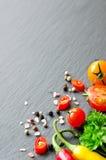 Bestandteile für das Kochen mit Kirschtomaten, Kräuter, chilis, Spindel lizenzfreies stockbild