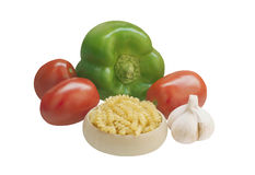Bestandteile für das Kochen: Teigwaren, grüne Paprikas, Tomaten, Knoblauch Stockfotografie