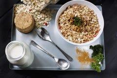 Bestandteile für das Kochen von gesunden Frühstück Nüssen, Hafer blättert, Trockenfrüchte, Honig, Granola, hölzernes Herz in eine Lizenzfreies Stockfoto