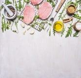 Bestandteile für das Kochen von Schweinefleisch mit Kräutern und Pfeffergrenze, Platz für Draufsicht des hölzernen rustikalen Hin Lizenzfreie Stockfotografie