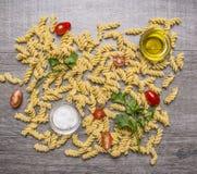 Bestandteile für das Kochen von vegetarischen Teigwaren mit Petersilie, Kirschtomaten und Draufsicht des hölzernen rustikalen Hin Lizenzfreies Stockfoto