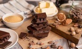 Bestandteile für den Kuchen des Kakaos Stockfoto