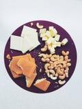 Bestandteile für den Kuchen: Nüsse, Plätzchen und Schokolade stockfotografie