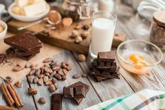 Bestandteile für den Schokoladenkuchen Lizenzfreie Stockbilder