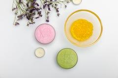 Bestandteile für die selbst gemachten Kosmetik lokalisiert auf Weiß stockfoto