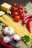 Bestandteile für die Zubereitung des klassischen italienischen Lebensmittels Lizenzfreie Stockfotos
