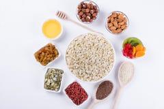 Bestandteile für ein gesundes Frühstückshafermehl, Honig, Nüsse, Beeren, Früchte, Lizenzfreies Stockbild