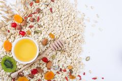 Bestandteile für ein gesundes Frühstückshafermehl, Honig, Nüsse, Beeren, Früchte, Lizenzfreie Stockfotos