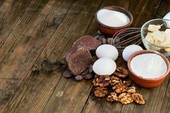 Bestandteile für eine Reihe des selbst gemachten Schokoladenkuchenschokoladenkuchens Stockfotos
