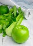 Bestandteile für grünen Smoothie mit Apfel, Sellerie und Kalk Lizenzfreies Stockbild