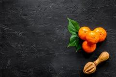 Bestandteile für hellen Sommernachtisch Orangen auf schwarzem copyspace Draufsicht des Hintergrundes Stockbild