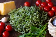 Bestandteile für italienische grüne Teigwaren Hölzerner Hintergrund stockfoto