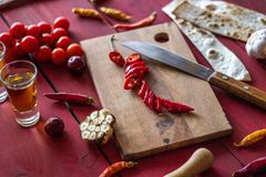 Bestandteile für mexikanische Teller Roter hölzerner Hintergrund Mexikanische Nahrung stockfoto