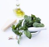 Bestandteile für Pesto alla Genovese - Basilikum, Parmesankäse, Knoblauch, O Lizenzfreie Stockfotos