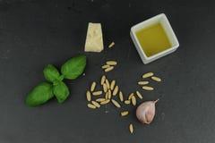 Bestandteile für pesto Soße Stockbild