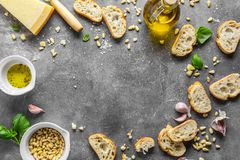 Bestandteile für Pesto und chiabatta Brot lizenzfreies stockfoto