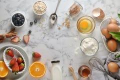Bestandteile für Pfannkuchen, Kuchen, Backen auf einem Marmorhintergrund lizenzfreies stockbild